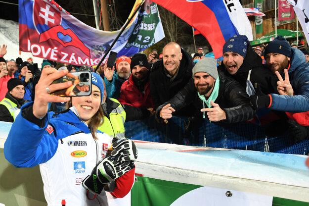 Petra Vlhová sa fotí s fanúšikmi.