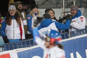 Igor Vlha (celkom vpravo) sa raduje z víťazstva svojej dcéry.