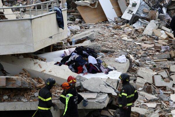 Záchranári prehľadávajú sutiny domu albánskom meste Durres 28. novembra 2019.