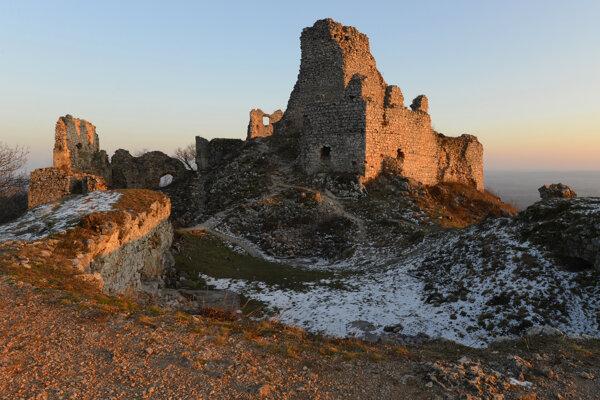 Zrúcanina Turnianskeho hradu sa týči nad Turňou nad Bodvou.