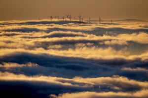 Veterné turbíny sa týčia nad hmlou a oblakmi pri Frankfurte.