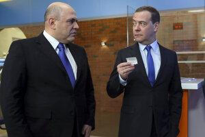 Dmitrij Medvedev (vpravo) sa musel podľa odborníkov z premiérskeho postu porúčať, pretože strácal popularitu a škodil tým Putinovi. Jeho nástupca Michail Mišustin (vľavo) je kariérny úradník bez politických skúseností.