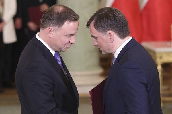 Poľský prezident Andrzej Duda (vpravo) a minister spravodlivosti Zbigniew Ziobro v prezidentskom paláci vo Varšave 15. novembra 2019.