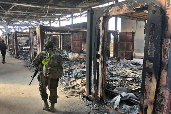 Americkí vojaci si prezerajú materiálne škody po raketovom útoku iránskych revolučných gárd na leteckú základňu v irackej provincii Anbár 13. januára 2020.