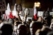 Demonštranti držia fotografie zavraždenej novinárky Daphne Caruanovej-Galiziovej.