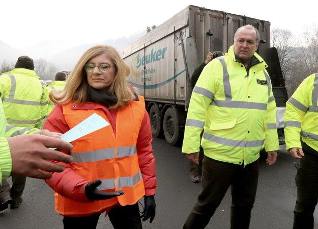 Ministerka Gabriela Matečná a Jozef Jurkemík zo Slovenskej lesnícko-drevárskej inšpekcie pri kontrole prepravcov dreva vo Zvolene.