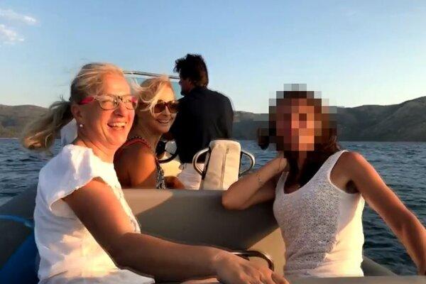 Zuzana Tománková (na fotografii vpredu)  na člne s Marianom Kočnerom počas dovolenky v lete 2017. Žena vedľa nej sa podobá na manželku Petra Tótha. Žena vzadu je Kočnerova manželka Karolína.