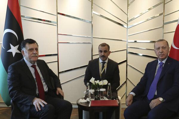 Premiér líbyjskej medzinárodne uznanej vlády Fájiz Sarrádž (vľavo) sa v Berlíne stretol s tureckým prezidentom Erdoganom.