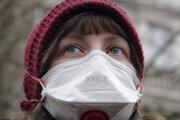 Demonštrantka má na tvári masku počas protestu proti znečisteniu ovzdušia v Sarajeve 20. januára 2020.