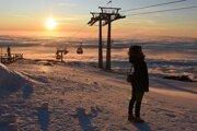 Turistka počas východu slnka na Skalnatom Plese.