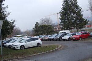 Na ploche dnes parkujú desiatky áut. Pozemok patrí od roku 2007 súkromnej firme.