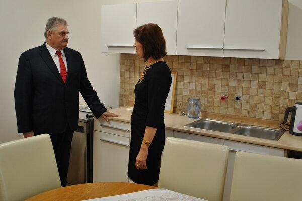 Minister Richter vkuchyni.