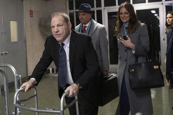 Harvey Weinstein prišiel na súd s chodítkom, zotavuje sa po operácii.