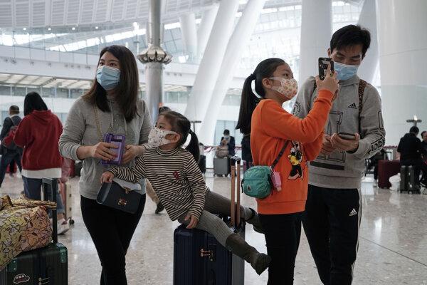 Cestujúci na železničnej stanici v Hong Kongu.