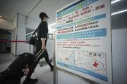 Letuška sa chráni rúškou na letisku Narita v Tokiu.