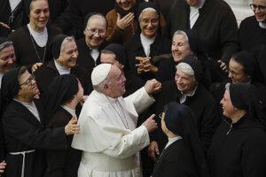 Pápež František a skupina mníšok. Vatikán, 15. január 2020.