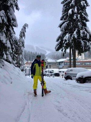 Marek so svojimi lyžami. Ukradli mu ich cez vianočné sviatky.