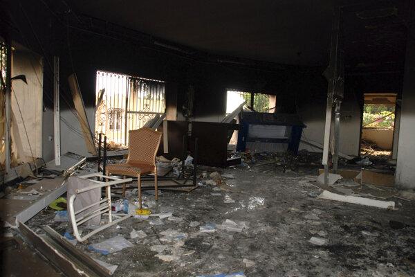 Na archívnej snímke z 12. septembra 2012 interiér amerického konzulátu v líbyjskom Benghází po útoku skupiny militantov, ktorá podpálila americký konzulát a zabila veľvyslanca USA Christophera Stevensa i troch ďalších Američanov.