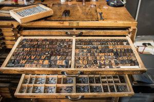 Sady písmen sú z tvrdého dreva aj z olova.