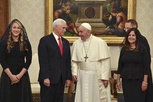 Pápež František a americký viceprezident Mike Pence.
