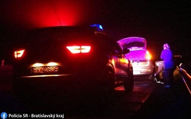 Polícia pomohla mladej vodičke, ktorá dostala defekt.