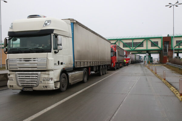 Kamióny blokujúce diaľničný hraničný priechod Čunovo - Rajka obojsmerne pre nákladnú dopravu počas protestu Únie autodopravcov Slovenska (UNAS).