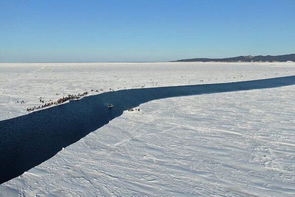 Na obrovskej ľadovej kryhe uviazlo viac ako 500 rybárov.
