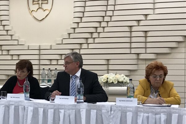 Primátor J. Hazlinger na rokovaní zastupiteľstva