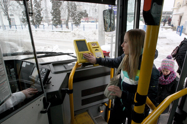 Plastové karty v autobusoch SAD Prievidza onedlho môžu nahradiť mobily.