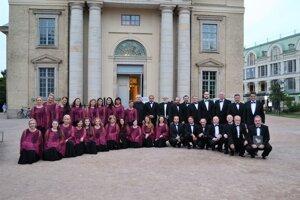 Spevácky zbor Cantica Collegium musicum pred vystúpením vGöteborgu.