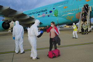 Evakuačný let z Číny sprevádzali prísne bezpečnostné opatrenia.
