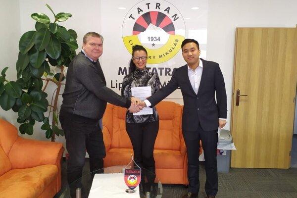 Zľava: prezident klubu Milan Mikušiak, vstrede zástupkyňa agentúry United Management Michaela Dubekova azástupca kórejskej akadémie Sanghyun Park.