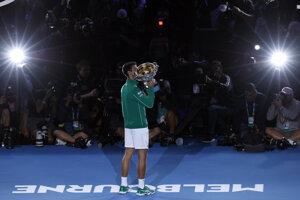 Srbský tenista Novak Djokovič drží trofej po víťazstve nad Rakúšanom Dominicom Thiemom vo finále mužskej dvojhry na grandslamovom turnaji Australian Open.