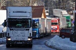 Takto oravskí autodopravcovia štrajkovali za otvorenie Príslopu pre kamióny aj v zime.