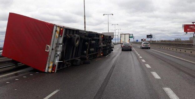 Prevrátený kamión na Prístavnom moste v Bratislave.