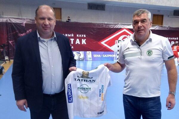 Dres Tatrana veľvyslancovi P. Priputenovi (vľavo) odovzdal M. Chmeliar.