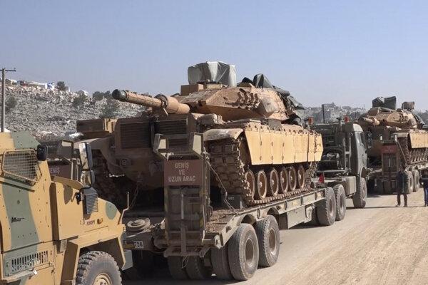 Konvoj tureckých ozbrojených síl 2. februára 2020 v meste Sarmada v provincii Idlib.