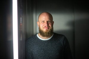 Samuel Kováčik (31) je fyzik, zakladateľ projektu Vedátor. Študoval teoretickú fyziku na Matematicko-fyzikálnej fakulte Univerzity Komenského v Bratislave. V roku 2017 založil platformu pre vedcov na popularizáciu vedy Vedátor, ktorá prináša blogy, popularizačné vedecké prednášky aj podcasty. Pôsobí ako postdoktorand v Inštitúte pokročilých štúdií v Dubline a venuje sa štruktúre priestoru a kvantovej gravitácii.