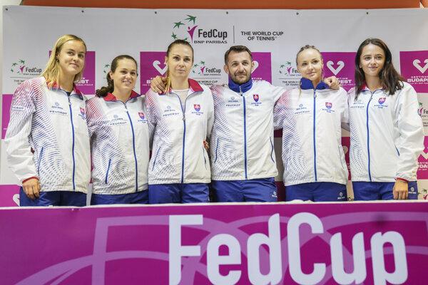 Zľava Anna Karolína Schmiedlová, Jana Čepelová, Magdaléna Rybáriková, kapitán Matej Lipták, Rebecca Šramková a Viktória Kužmová.