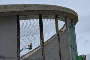 Oprava zimného štadióna v Prešove počas februára. Aktuálne sa pracuje na lanovej konštrukcii strechy.