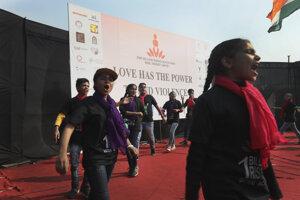 Desiatky umelcov a aktivistov požadovali ukončenie násilia páchaného na ženách.