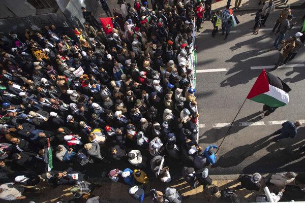 Proti Trumpovmu plánu demonštrovali v Rabate tisíce ľudí.