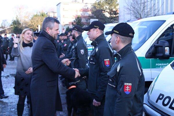 Premiér Pellegrini odovzdáva kľúče od áut policajným psovodom.