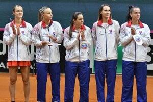 Slovenský tím. Zľava Schmiedlová, Šramková, Čepelová, Rybáriková a Kužmová