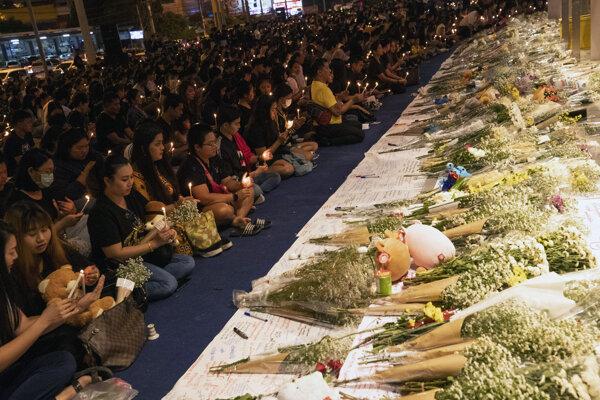 Ľudia počas spomienkovej bohoslužby na pamiatku obetí masovej streľby pred obchodným domom Terminal 21 v thajskom meste Korat 10. februára 2020.