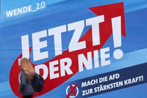 Žena prechádza okolo volebného plagátu pred parlamentnými voľbami v Durínsku. Erfurt, 25. októbra 2019.