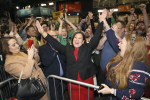 Predsedníčka Sinn Féin McDonaldová oslavuje volebné víťazstvo.