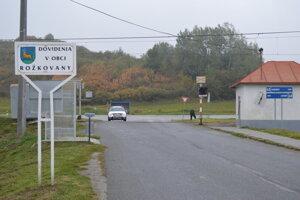 Na železničnom priecestí v Rožkovanoch doposiaľ chýbajú závory aj priechod pre peších.