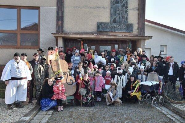 Fašiangový sprievod každoročne začína aj končí pred miestnym kultúrnym domom.