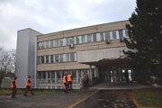 Centralizovaný urgentný príjem bude v tejto budove, ktorá sa nachádza vľavo od levickej polikliniky.